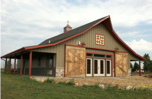 Today s pole barn carriage houses for cars and living for Barn plans with living area